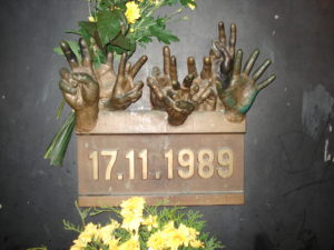 17-listopad-1989-pomnik